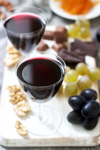 クレームドカシスの自家製リキュールにブドウ、ナッツ、チョコレートを添えて Premium写真