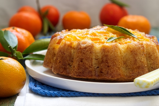 Мандариновый торт и мандарины Premium Фотографии
