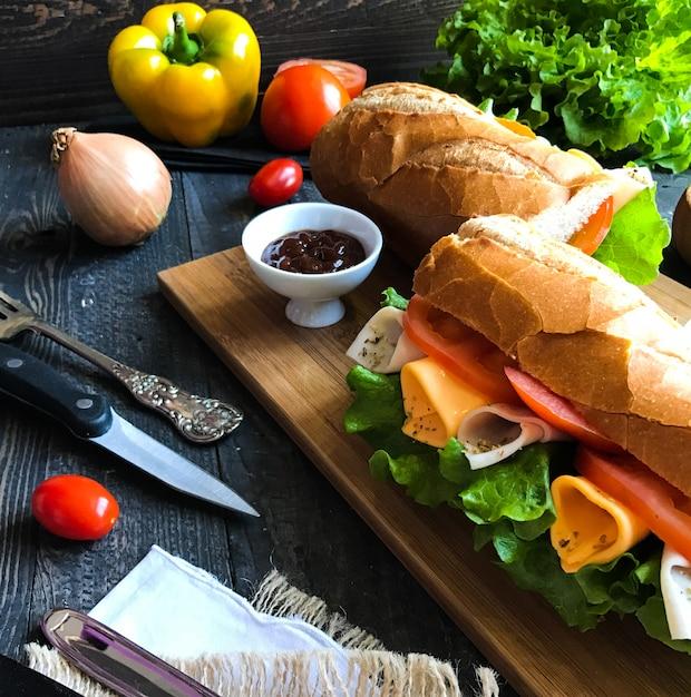 七面鳥、ハム、チーズ、トマトのおいしい、おいしいサンドイッチ Premium写真
