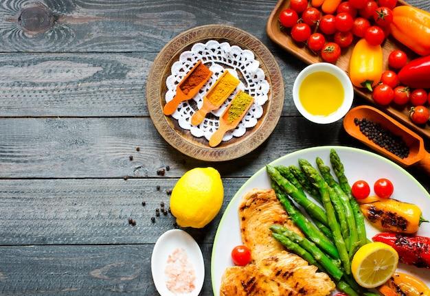 鶏胸肉のグリルと新鮮な野菜 Premium写真