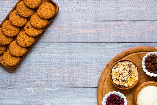 シリアルビスケットと健康的な朝の朝食 Premium写真