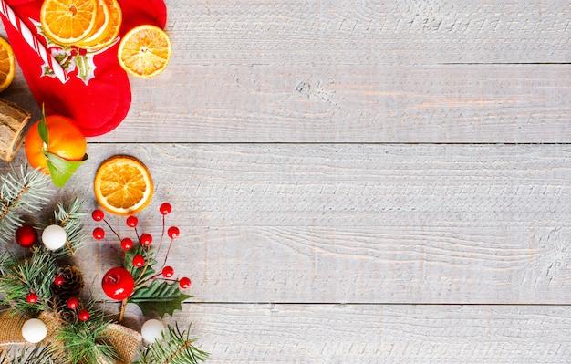 Предпосылка рождественских каникул с орнаментами на деревенской деревянной предпосылке. Premium Фотографии
