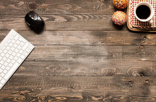 テキスト用のスペースを持つ木製の背景にヨーグルトとおいしい自家製マフィン。 Premium写真