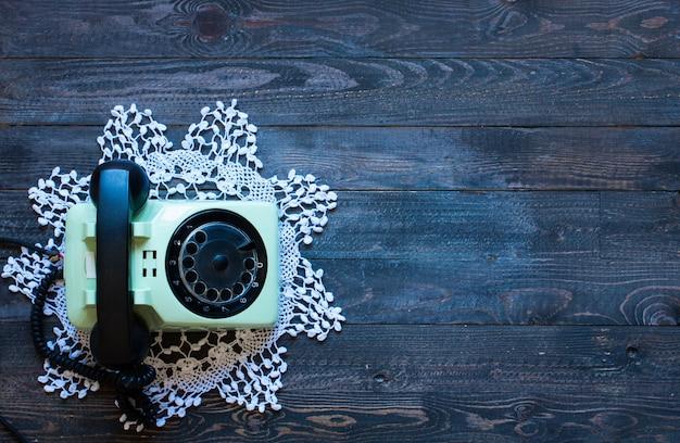 木製の背景に、古いビンテージ電話 Premium写真