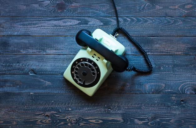 木製のテーブルの上の古いビンテージ電話 Premium写真
