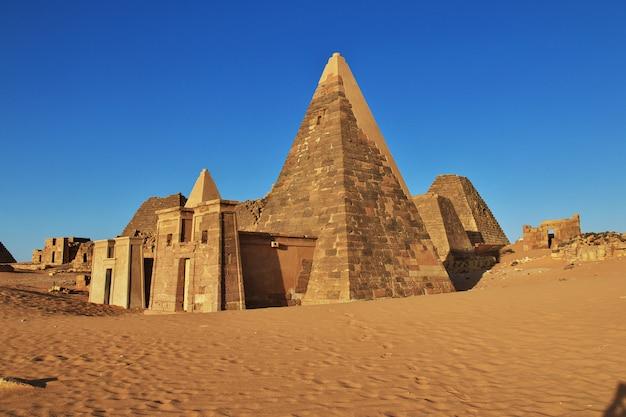Древние пирамиды мероэ в суданской пустыне Premium Фотографии