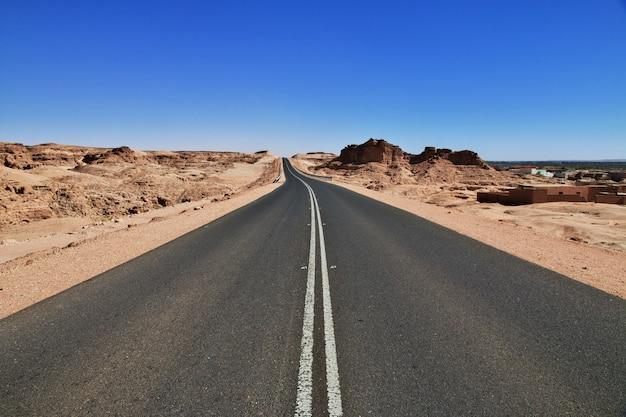 アフリカのサハラ砂漠の道 Premium写真