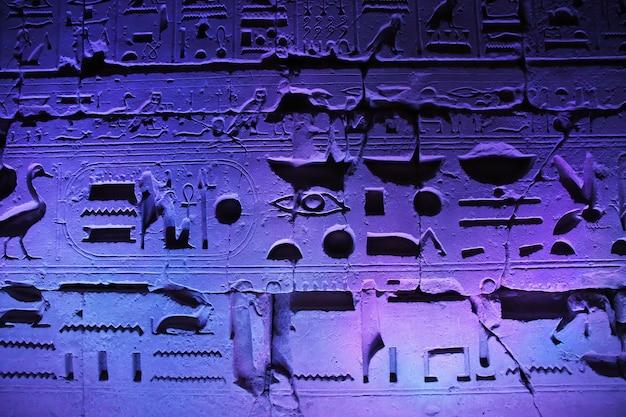 エジプトルクソールの古代寺院の夜 Premium写真