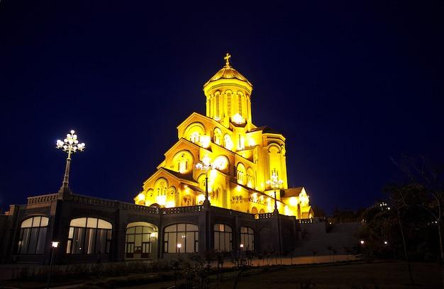 夜のジョージア州トビリシの教会 Premium写真