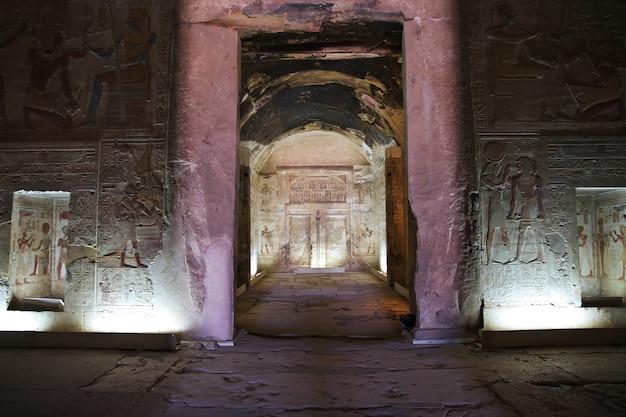エジプトサハラ砂漠の古代寺院アビドス Premium写真