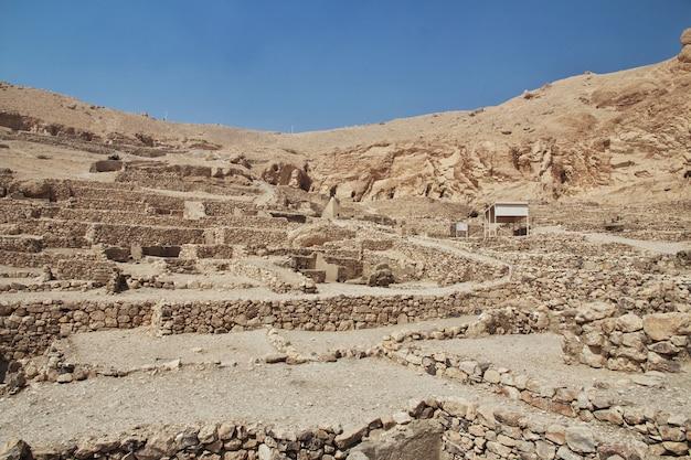 エジプトルクソールの職人の古代のネクロポリスの谷 Premium写真