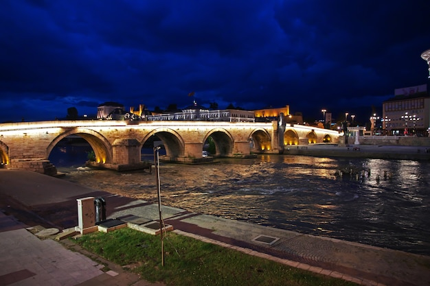 バルカン半島、マケドニアのスコピエの夜 Premium写真