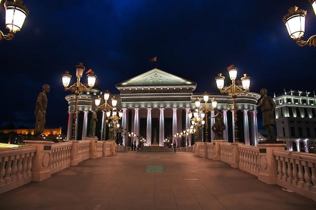 マケドニアのスコピエでの夜 Premium写真