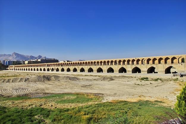 イランイスファハンの乾燥した川に架かる橋 Premium写真