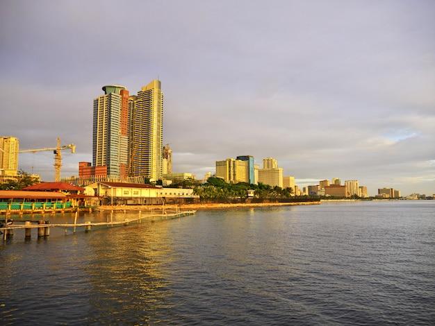 フィリピン、マニラ市の高層ビル Premium写真