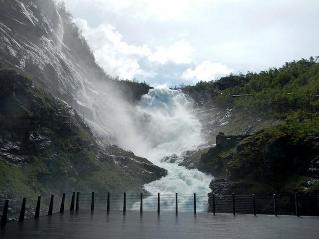 Водопад кёсфоссен вдоль фламсбана, фламская железная дорога, норвегия Premium Фотографии