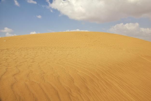 Песчаные дюны в пустыне, йемен Premium Фотографии