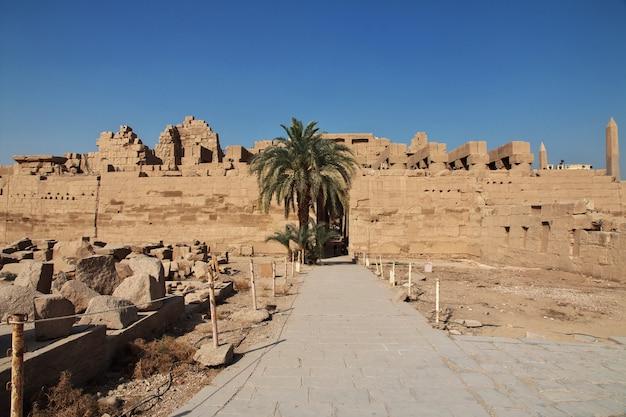 エジプトルクソールの古代カルナック神殿 Premium写真