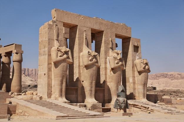 エジプトルクソールのラムセスムの古代寺院 Premium写真