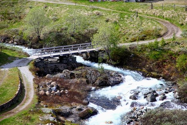 Деревня флам в горах норвегии Premium Фотографии