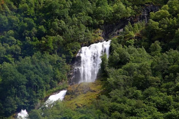 Водопад на согне-фьорде, норвегия Premium Фотографии