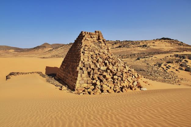 スーダン、サハラ砂漠のメローの古代のピラミッド Premium写真