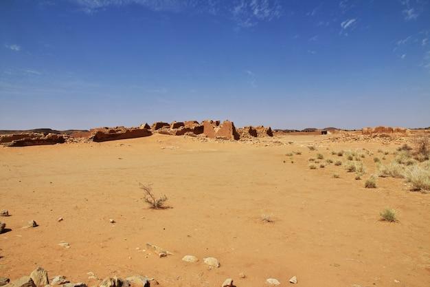 キングダムクッシュ-スーダンのサハラ砂漠の寺院の遺跡 Premium写真