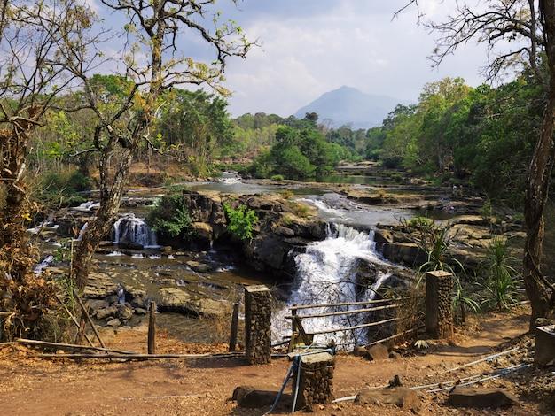 ラオス、ジャングルの滝 Premium写真