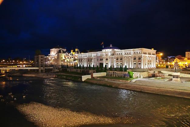 マケドニアのスコピエの夜、バルカン半島 Premium写真