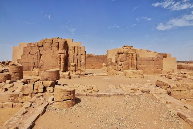 キングダムクシュ-スーダンのサハラ砂漠の寺院の遺跡 Premium写真