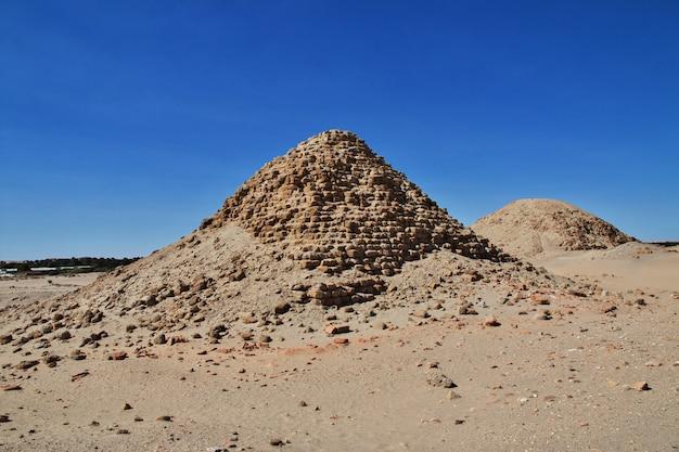 Древние пирамиды нури, судан Premium Фотографии