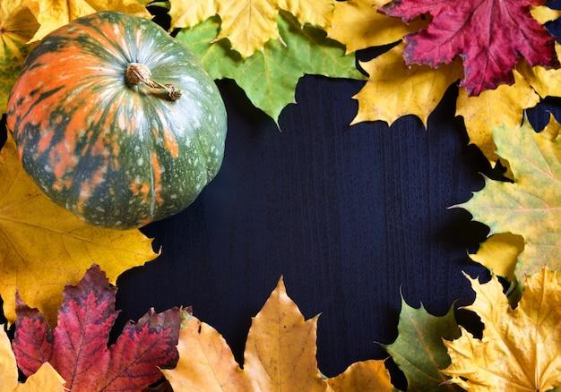 Рамка с тыквой и кленовыми листьями Premium Фотографии