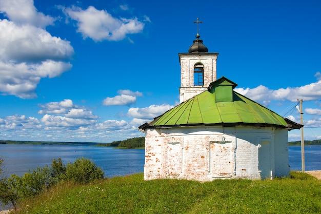 ロシア、ゴリツィーヴォログダ地域の村の寺院への聖母マリアの紹介教会 Premium写真