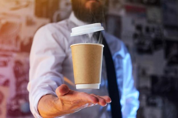 Официант и кружка горячего кофе Premium Фотографии