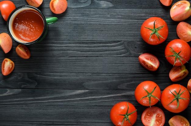 グリーンエナメルマグのトマトジュース Premium写真