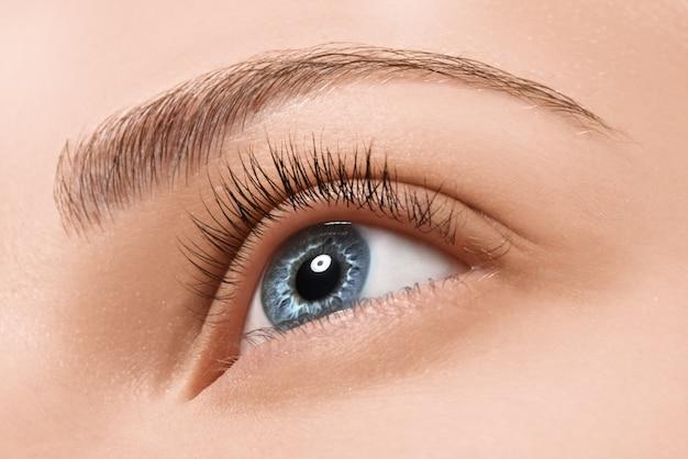 Крупным планом голубые глаза с косметикой Premium Фотографии