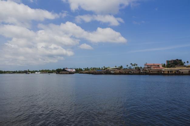 川の端にある家のボート 無料写真