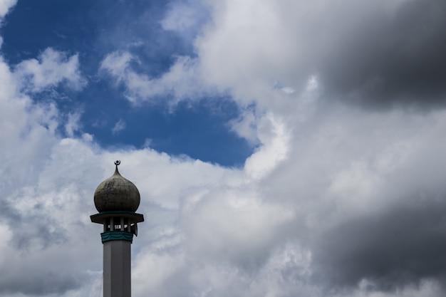 背景に雲があるミナレット 無料写真