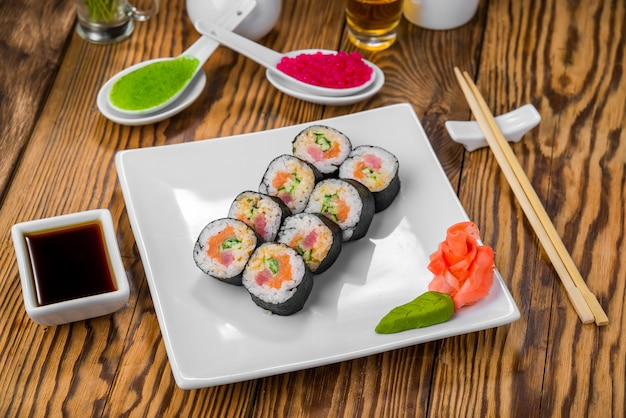 新鮮な魚介類を使った日本料理 Premium写真