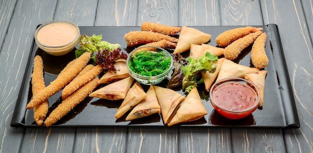 チップス、チーズ、エビの生地を混ぜたスナック Premium写真