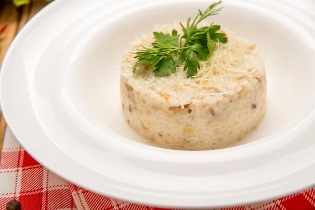 トマトとネギのベジタリアンチャーハン。皿の上の美しいおいしい食べ物 Premium写真