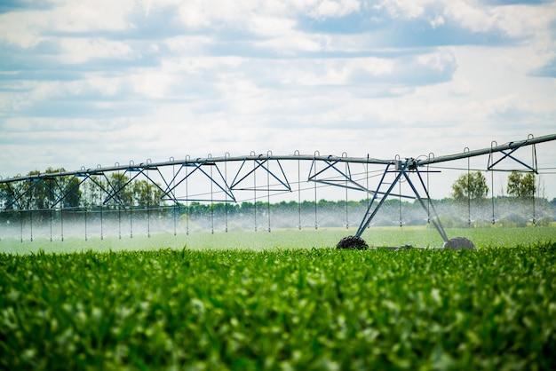 フィールドに水をまく灌漑ピボット Premium写真