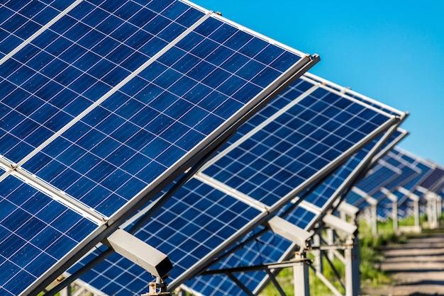 太陽からの太陽電池パネルのエネルギー Premium写真