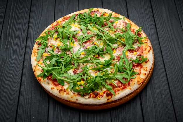 生ハムとルッコラのピザ、マリナラソース添え Premium写真