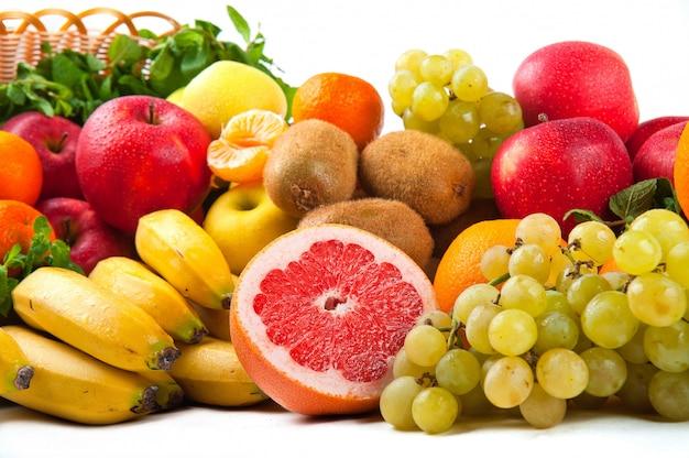 Композиция с овощами и фруктами в плетеной корзине изолированы Premium Фотографии