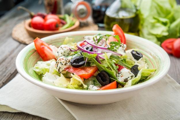 Греческий салат со свежими овощами, сыром фета Premium Фотографии