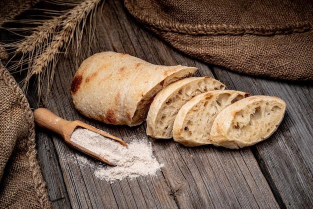Хлеб чиабатта по дереву столовой. здоровая пища Premium Фотографии