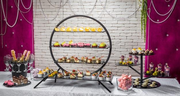 Конфеты, вкусные фруктовые десерты в ресторане Premium Фотографии