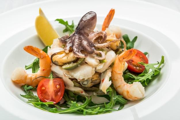 Салат из морепродуктов и овощей с рукколой и помидорами Premium Фотографии