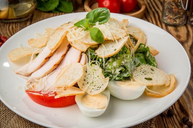 プレート上の健康食品の美しく、おいしい食べ物 Premium写真
